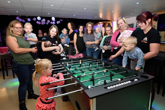 Veel jonge moeders weten het Mamacafé van Eline van Deursen (tweede van links) en Natascha van Klaveren (rechts) te vinden .
