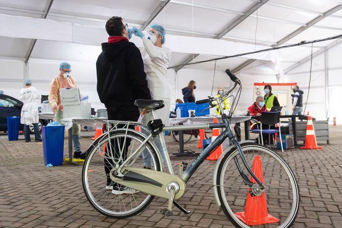 In de nieuwe teststraat in Breda kunnen mensen ook met de fiets terecht.