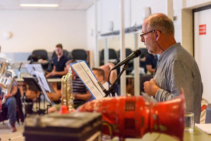 Verteller Hans Vervuurt tijdens de repetitie zondag met de Brass Band