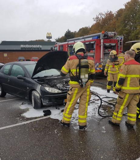 Brandweer in actie op parkeerplaats McDonalds
