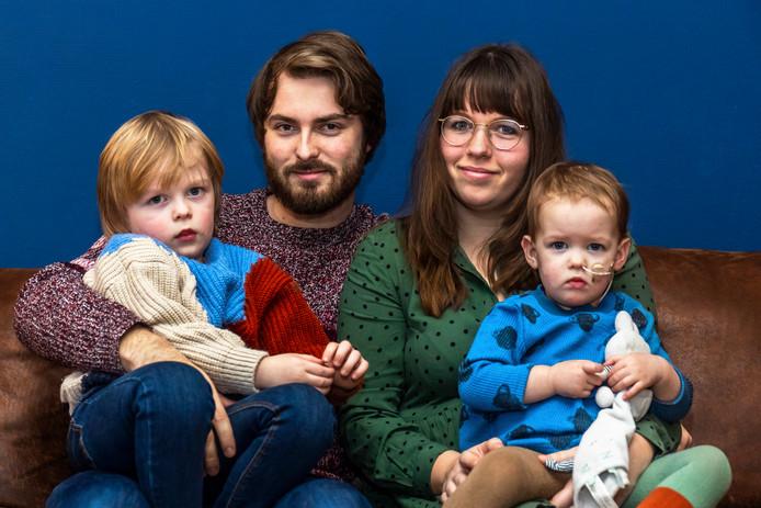 Gino Brugman (24) en Demi Ehricht (21) met hun zoontje Mason (3) en hun dochtertje Vesper (1).