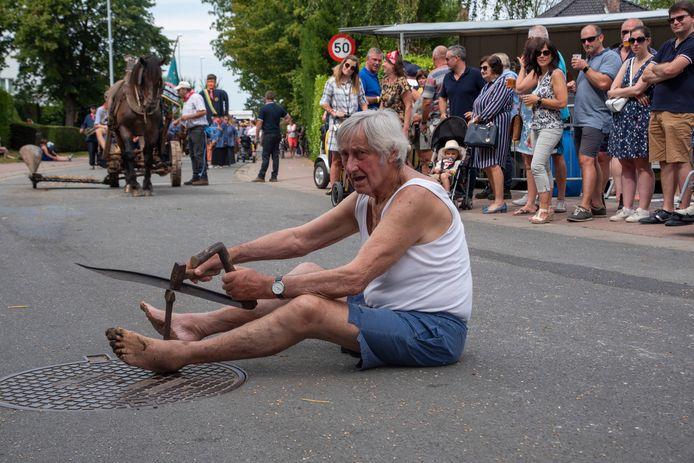 Julien Van Hoecke (86) is waarschijnlijk de oudste deelnemer van de Oogststoet in Massemen.