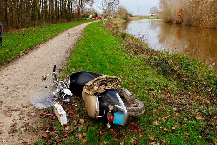 De scooter kwam ten val door de modderige berm.