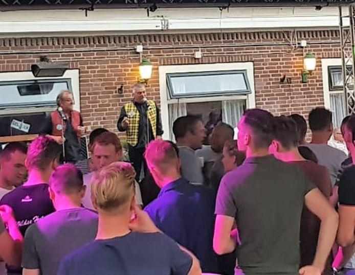 Leo Bongers en Adriaan Ebergen trappen als duo De Revuo's af tijdens de eerste kermisavond in 't Wild.