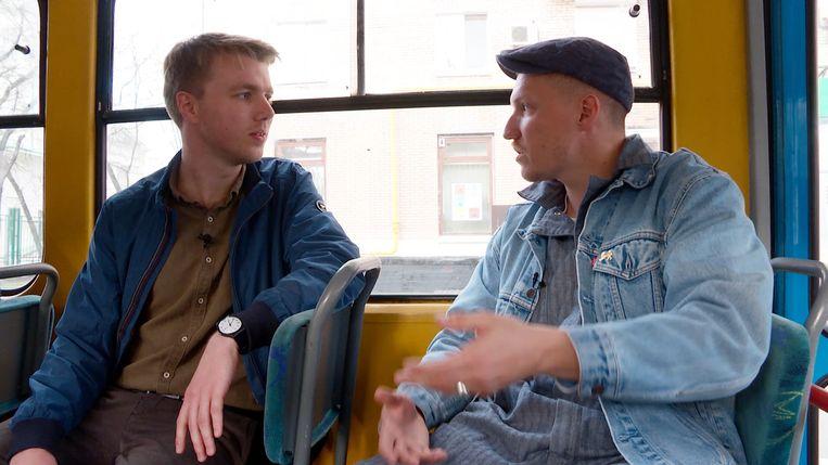 Correspondent Tom Vennink (links) tijdens een interview voor de videoserie 'Generatie Poetin'. Beeld Volkskrant