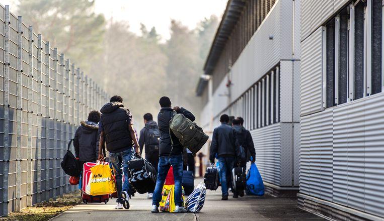 Asielzoekers arriveren bij het asielzoekerscentrum in Zeist - archiefbeeld. Beeld anp
