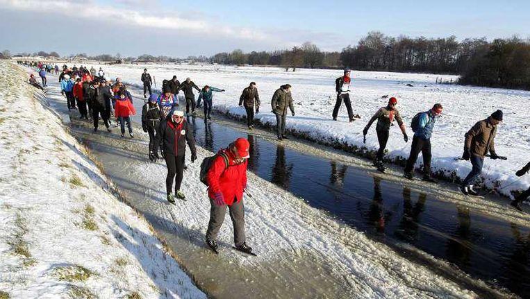 Schaatsers op het ijs tijdens de Vijf Merentocht in Giethoorn donderdag. Beeld anp