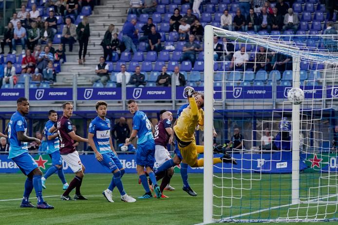 De eigen goal van Clint Leemans betekent 1-2 voor Willem II.