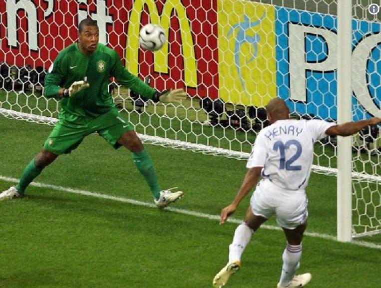 1 juli 2006: Thierry Henry jaagt een vrije trap van Zinedine Zidane voorbij de Braziliaanse doelman Dida. Frankrijk plaatst zich zo op het WK in Duitsland voor de halve finale.