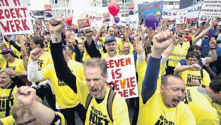 Gevangenbewaarders protesteren tegen de voorgenomen bezuinigingen op gevangenissen. Beeld Arie Kievit