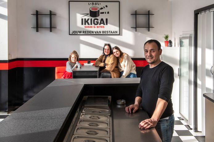 Hüseyin en Lyndsey Dursun met kinderen Zizi en Olivia bij hun nieuwe sushizaak Ikigai.
