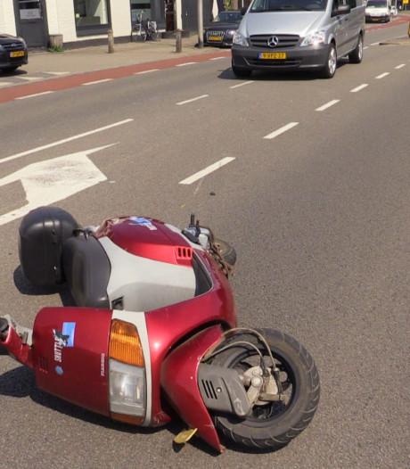 Scooterrijder gewond na botsing met auto in Enschede