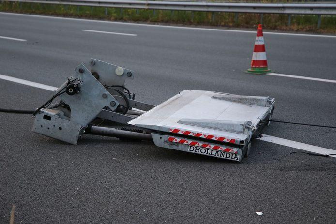 De vrachtwagen verloor de laadklep.