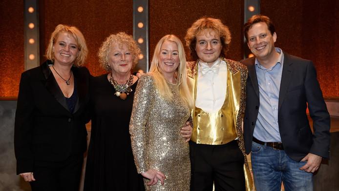Xander van Vledder (tweede van rechts) als Willem Ruis, bij de première met de familie Ruis.