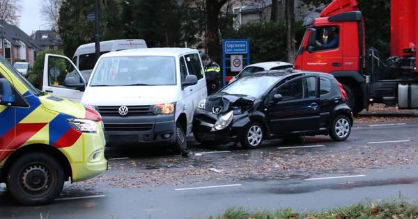Taxi en personenauto met elkaar in botsing in Ugchelen.