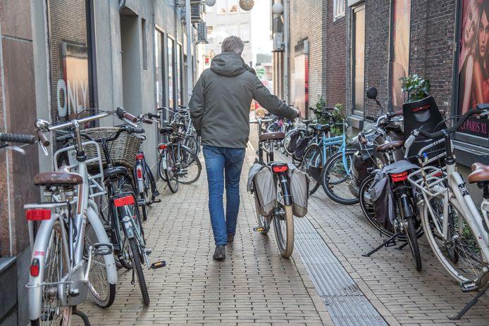 Fietsoverlast in Zwolle moet voorkomen worden met een extra overdekte stalling.