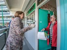 Burgemeester op pad met 'hart-onder-de-riem'-pakketjes voor ouderen