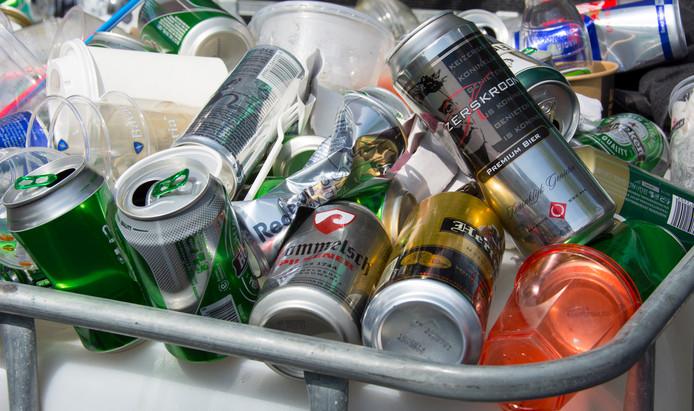 Steeds meer organisaties willen dat in Nederland ook statiegeld wordt gevraagd over blik en kleine plastic flessen.