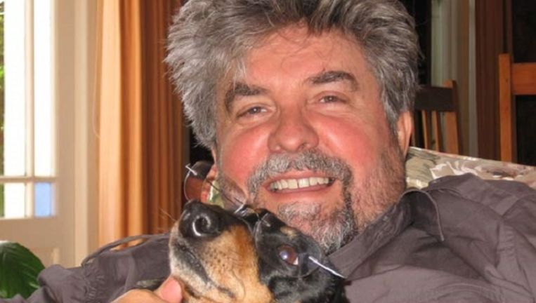 De Zuid-Afrikaanse schrijver Etienne van Heerden met zijn hond, 'mijn beste vriend Abel'. Beeld site Etienne van Heerden