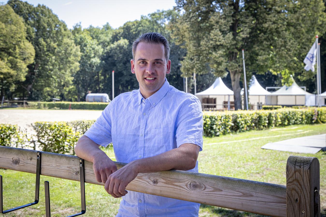 Ruben Hofman kan weer lachen: de KNHS informeerde of 'zijn' concours op het terrein van Manege De Vossenbos alsnog door kan gaan. Dat gaat gebeuren.