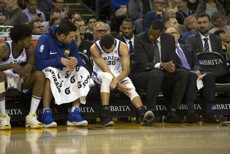Stephen Curry tast naar de knie.