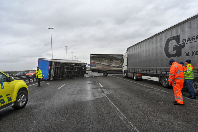 Een gekantelde aanhanger van een vrachtwagen blokkeert de Moerdijkbrug.