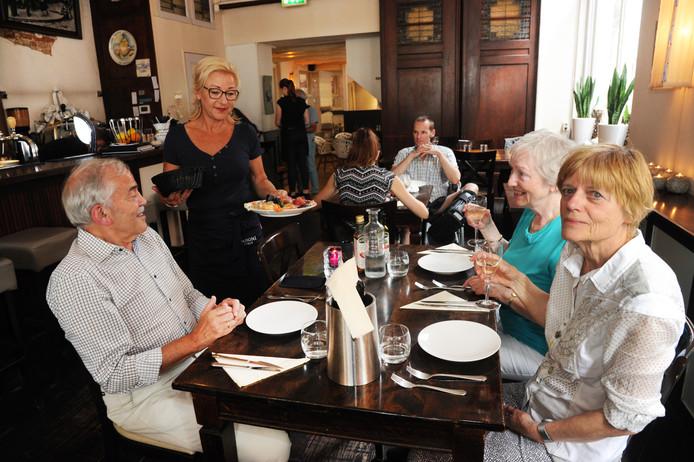 Aan tafel: Albert, Peterke en Ineke (van links naar rechts).