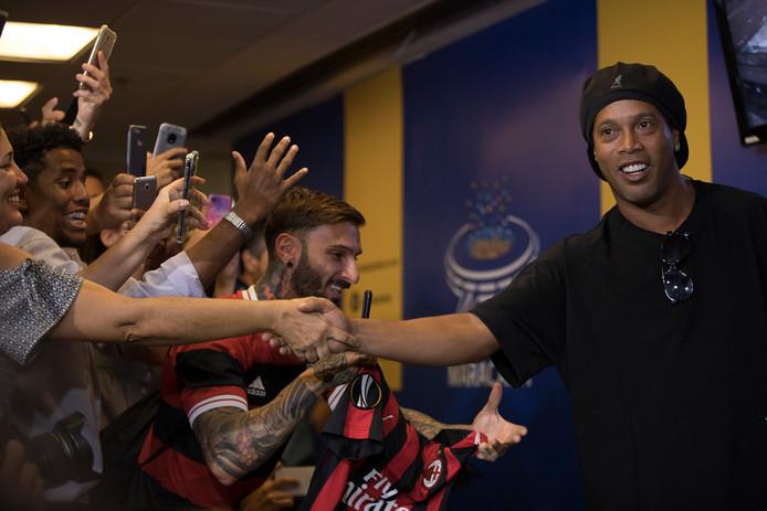 Ronaldinho Gaucho begroet zijn fans in het Maracana Stadion.