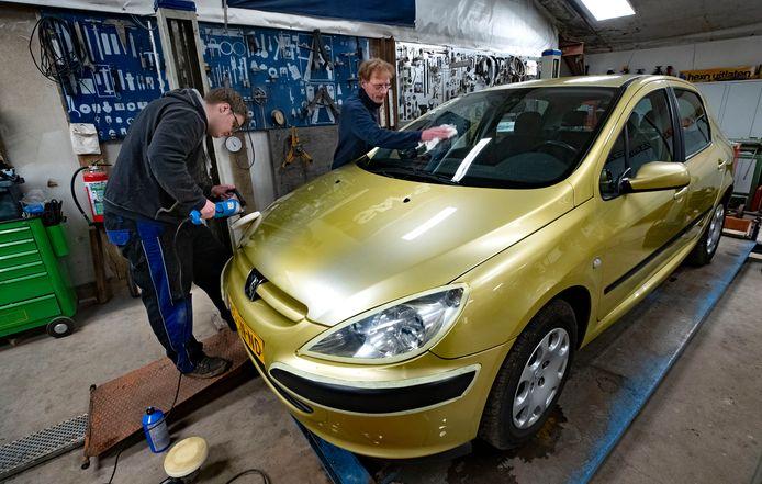 In de Zorggarage voor kwetsbare jongeren in Sterksel staat een gratis, picobello opgeknapte, gouden Peugeot klaar voor een 'held in de zorg'.