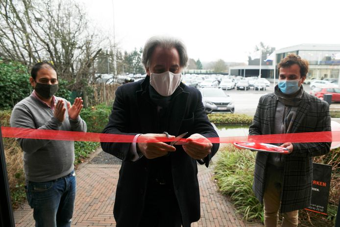Burgemeester Rudi Beeken (midden) opende de zaak van Gobind (links).