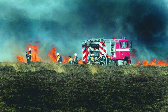 De brandweer bestrijdt een heidebrand.