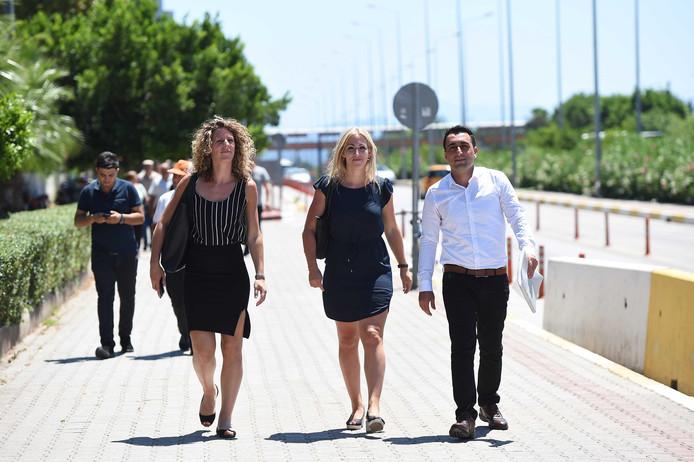 SP-leider Lilian Marijnissen (M) en SP-lid Murat Memis (R) van de Socialistische Partij voor het rechtbank in de Turkse stad Antalya.