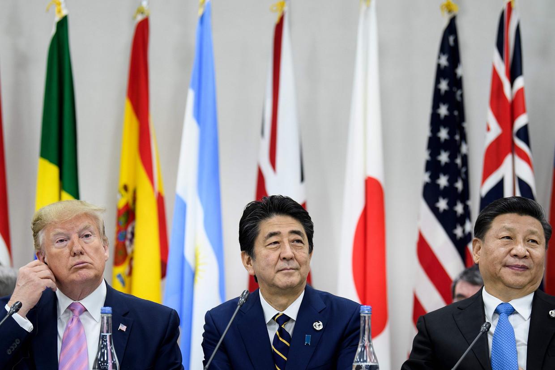 De Amerikaanse president Trump, de Japanse premier en G20-gastheer Shinzo Abe en de Chinese president Xi Jinping vandaag, op een G20-bijeenkomst in het Japanse Osaka.