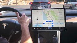 Aanraken touchscreen auto is onderweg verboden volgens Duitse rechtbank