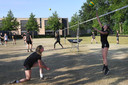 De volleybalsters van FAST trainen buiten op het gras.