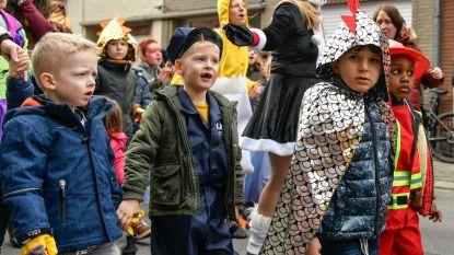 Leerlingen basisschool De Schakel zorgen voor geanimeerde kindercarnavalstoet