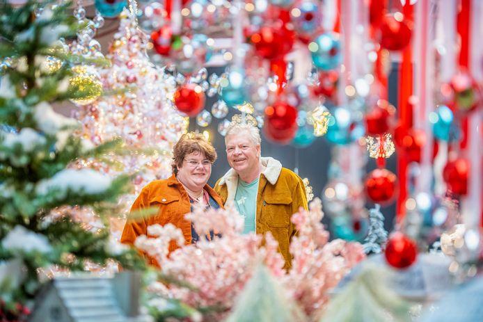 Girbe en Serena Drenth in hun vestiging van Tuinland in Assen, die al helemaal in kerstsfeer is.