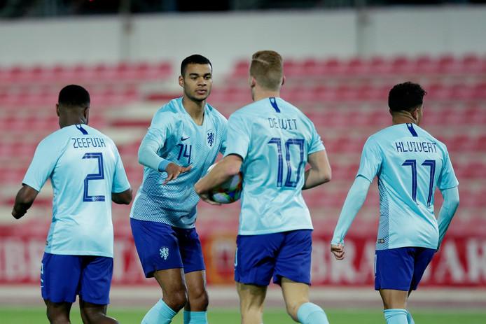 Cody Gakpo en Dani de Wit vieren een doelpunt van Jong Oranje.