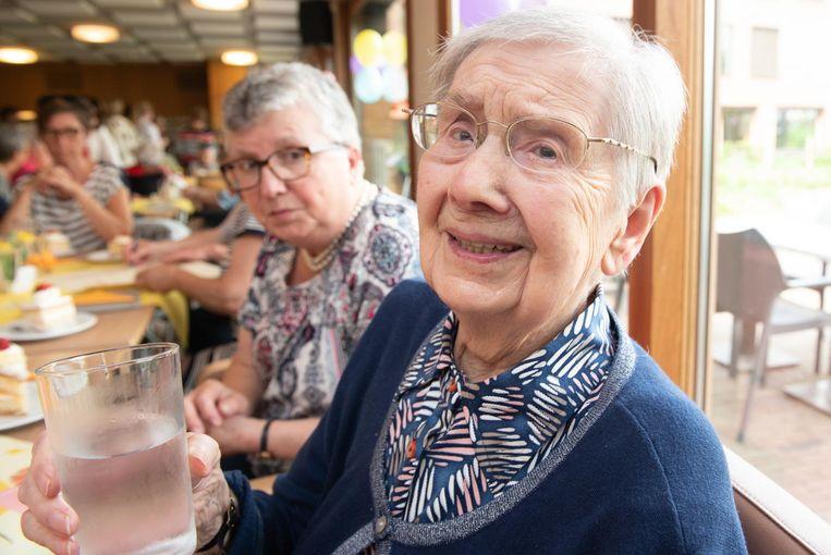 Marietje De Meulemeester (105) viert haar verjaardag met een glas water en gedicht.