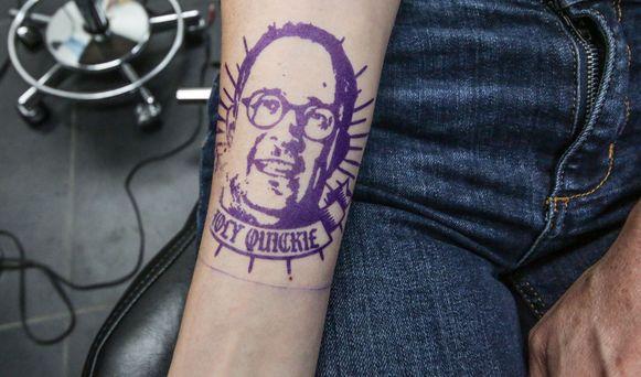 De 'tattoo' van Vincent Van Quickenborne, op de rechterarm van Talpe.