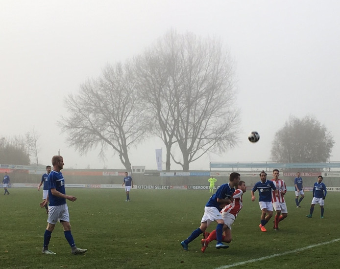 Duel om de bal in een mistig IJsselmuiden. Foto: Wouter Foppen