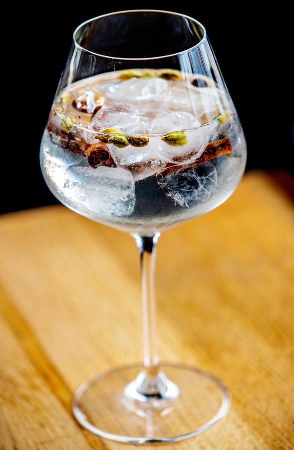 Seedlip Spice: ,,Deze cocktail is niet zoet en geschikt als borrel of bij een licht gerecht. Seedlip is een pittige, kruidige drank die je kunt vergelijken met gin. Het is verkrijgbaar bij de meeste slijters.''