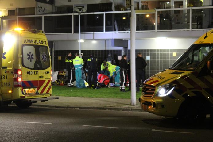 In een flatwoning aan de Roeselarestraat in Breda waar de politie dinsdagochtend een inval deed. Later werd daar een overleden man aangetroffen. Een arrestatieteam viel de woning in de wijk Hoge Vucht binnen na een melding dat er wapens zouden liggen. Twee verdachten sloegen daarna op de vlucht en sprongen van een balkon. Beide personen raakten zwaargewond.