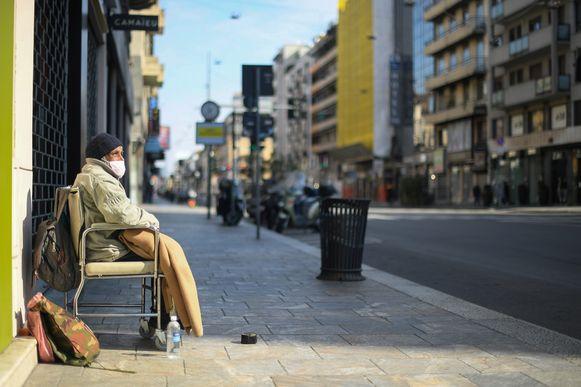 Ook een dakloze draagt een mondmasker in een verlaten straat in Buones Aires, de hoofdstad van Argentinië.