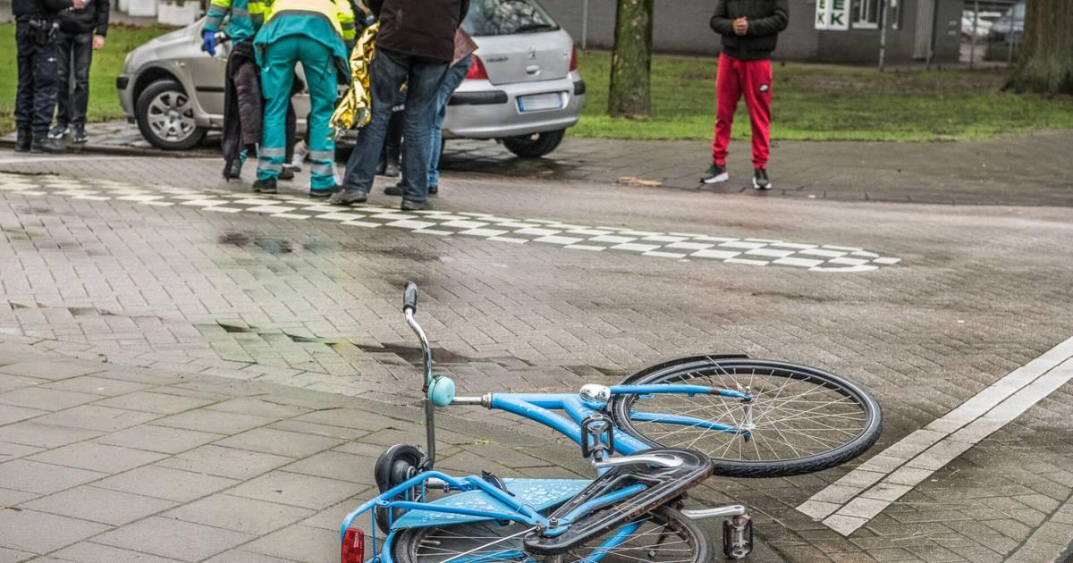 Jonge fietsster gewond bij ongeluk op kruising in Tilburg.