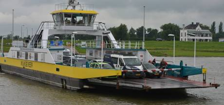 Zandschip strandt op lage Nederrijn bij Rijswijk