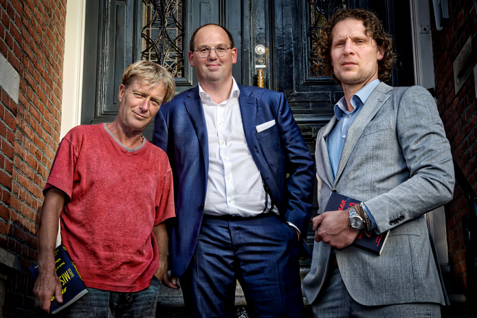 Misdaadverslaggever Simon Vuyk (links) en advocaten Barry van de Luijtgaarden (midden) en Jan Sneep (rechts) publiceerden boek in het theater van Gimbrère Advocaten in Breda.