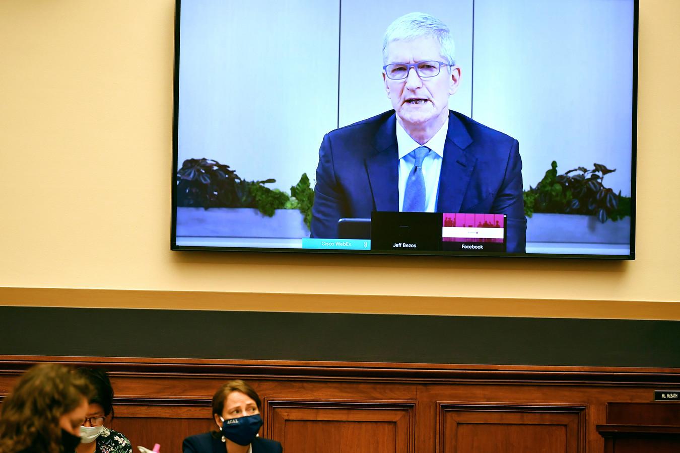 Tim Cook van Apple zei dat zijn bedrijf flinke concurrentie heeft van merken als Samsung en Huawei.
