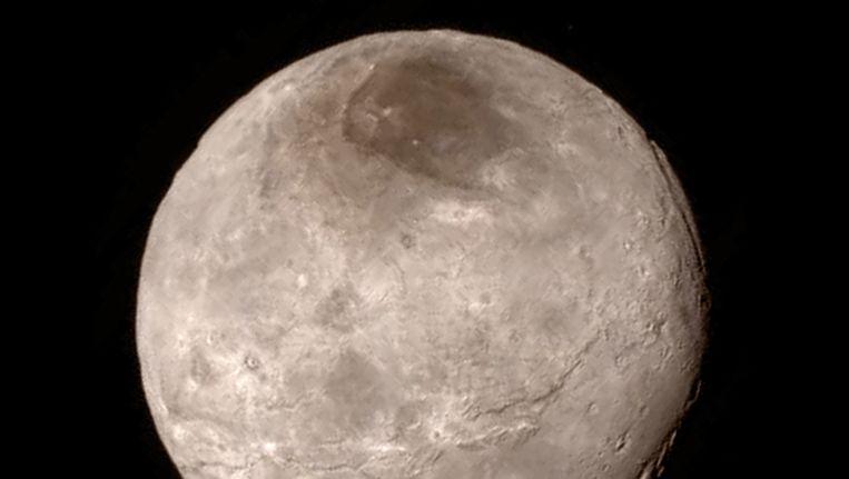 Pluto's grootste maan Charon, vastgelegd door New Horizons. Beeld epa