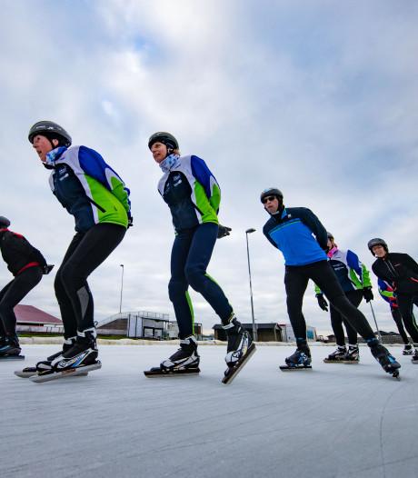 Rij voor poort op eerste schaatsdag Flevonice